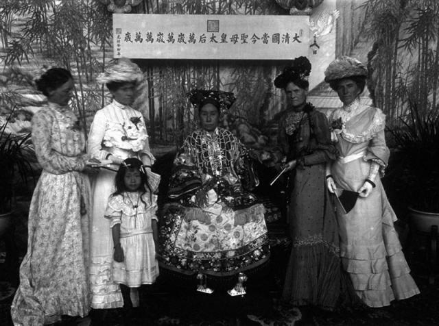 Císařovna Tz'u-hsi sdámami ze zahraniční delegace