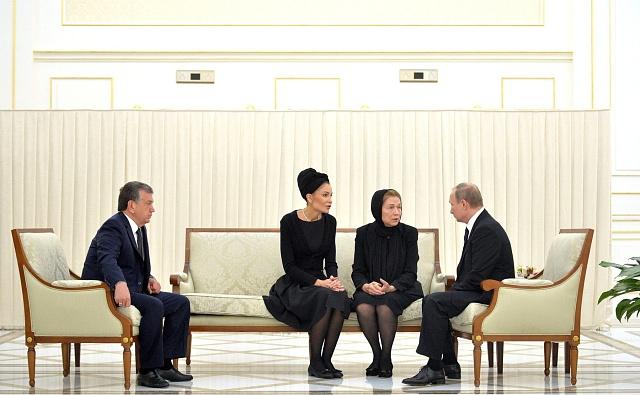 Tři dny po pohřbu, 6.září, zavítal do Samarkandu ruský prezident Vladimir Putin. Setkání sním se zúčastnili (zleva) premiér Šavkat Mirzojev, vdova po prezidentu Karimovovi Taťjana a mladší dcera Lola.