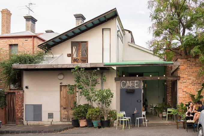 Skrytá kavárna v hipsterské čtvrti Fitzroy. Tady to teď v Melbourne žije.