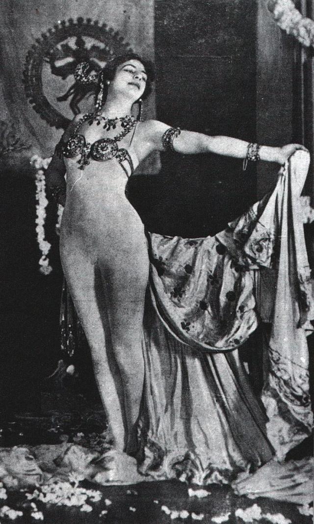 Vzemích, kde byla nahota považována za příliš odvážnou, jako například vrakouské Vídni, tančila Mata Hari vtrikotu