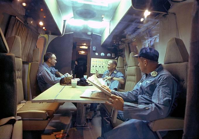24. července před 17. hodinou přistáli astronauti na hladině Tichého oceánu. Trojice byla následně uzavřena do neprodyšného kontejneru do izolace.