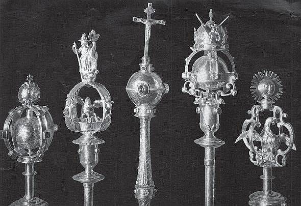 Insignie Karlovy univerzity. Od druhé světové války nejsou k nalezení také originály historických insignií Karlovy univerzity – zakládací listina Karla IV. nebo žezla rektora a jednotlivých fakult. Možná byly zničeny, možná zmizely do Německa.