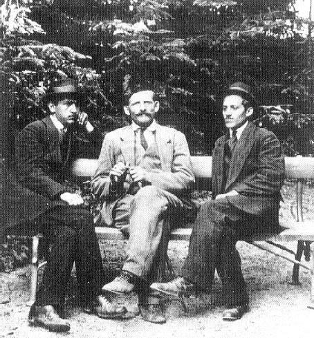 Gavrilo Princip (vpravo) na schůzce Mladé Bosny