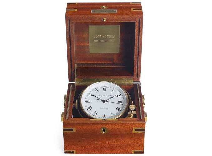Námořní hodiny Tiffany od Franka Sinatry věnované k inauguraci Ronalda Reagana v lednu 1981. Prodány za 106 250 USD, odhadní cena byla 10 000 USD.