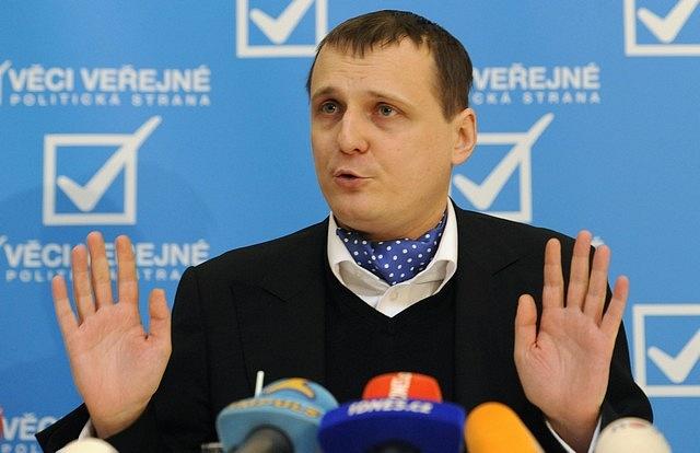 Jako první vČesku začala prosazovat přímou demokracii strana Věci veřejné podnikatele Víta Bárty.
