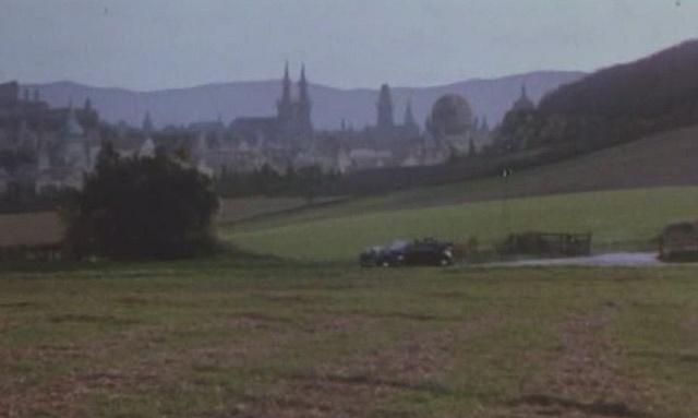 Atentát na louce spanoramatem Hradčan ve filmu Hitler'sSS – Portrait in Evil (1985)