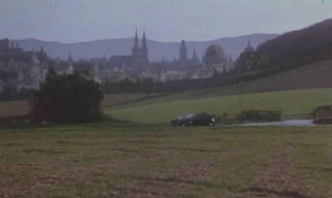 Atentát na louce s panoramatem Hradčan ve filmu Hitler's SS – Portrait in Evil (1985)