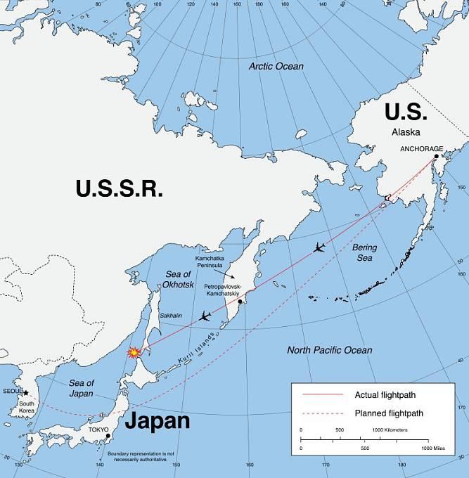 Mapa dráhy letu KAL 007 s naznačením odchylky od původně plánované trasy
