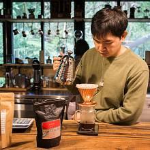 Barista připravuje filtrovanou kávu ze zrnek od brněnské pražírny Rebelbean, které jsem přivezl na ochutnávku.