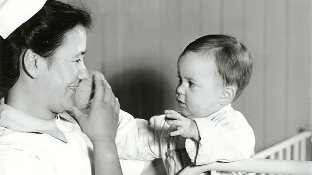 Lékaři a zdravotní sestry přesvědčovali matky, aby své děti daly k adopci.