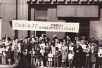 Rudolf Bereza s Tomášem Hradílkem na 1. máje 1987 s transparentem s nápisem-Charta 77 vybízí k občanské kuráži