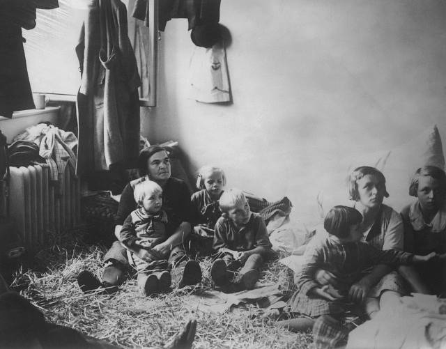 Česká rodina ve Štětí před odchodem do vnitrozemí