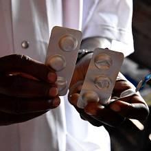 Má k dispozici jen několik kusů paralenu, antimalarika žádná, i když sem chodí převážně pacienti nakažení malárií.