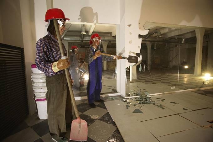 Zleva Terezie Křížkovská a Adéla Mrázová při úpravách Mozartea v pražské Jungmannově ulici, které se má proměnit v Národní filmové muzeum