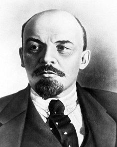 Vladimir Iljič Lenin (1870–1924) uskutečnil vlistopadu 1917vRusku boleševický převrat. Rozpustil parlament, potlačil opozici a zavedl teror. Právě za jeho vlády vSovětském svazu vznikly koncentrační tábory a začalo se smasovým vražděním politických o