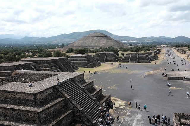 Pohled na Teotihuacán zMěsíční pyramidy