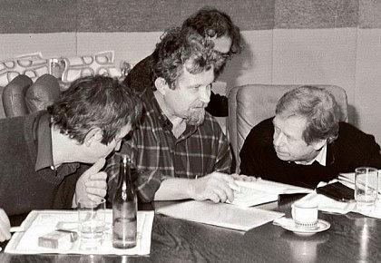 Petr Pithart sVáclavem Havlem a Michaelem Žantovským během sametové revoluce