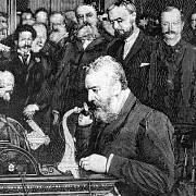 Graham Bell nenašel zájemce o koupi patentu, a tak telefony prodával sám.
