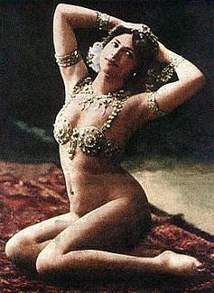 Obnažené taneční kreace Maty Hari v roce 1910 vzbuzovaly v Paříži frenetické nadšení zejména mužské části populace.