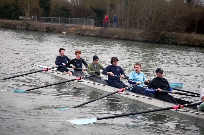 Oxfordští studenti na Temži při veslařském tréninku