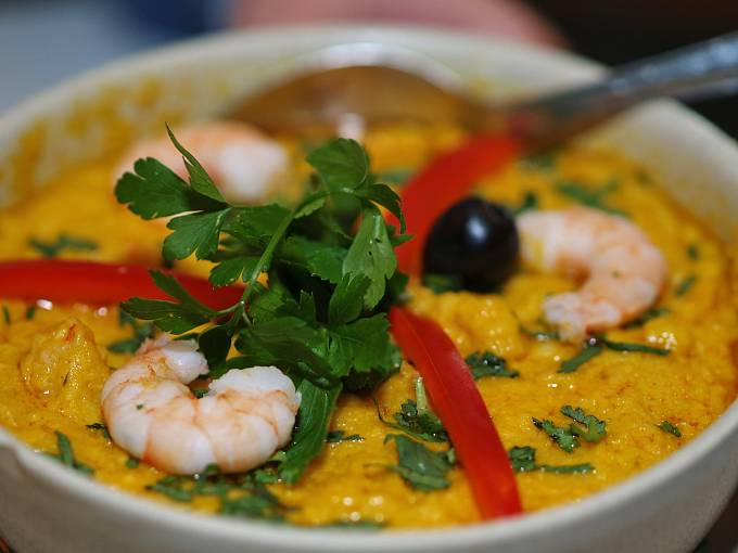 Chléb, krevety, kokosové mléko, fazole a palmový olej rozmačkané a smíchané do jedné krémové pasty, to je vatapá. Krevety se dají nahradit tuňákem nebo i kuřetem. Na severovýchodě se většinou podává s acarajé, v ostatních regionech s rýží.