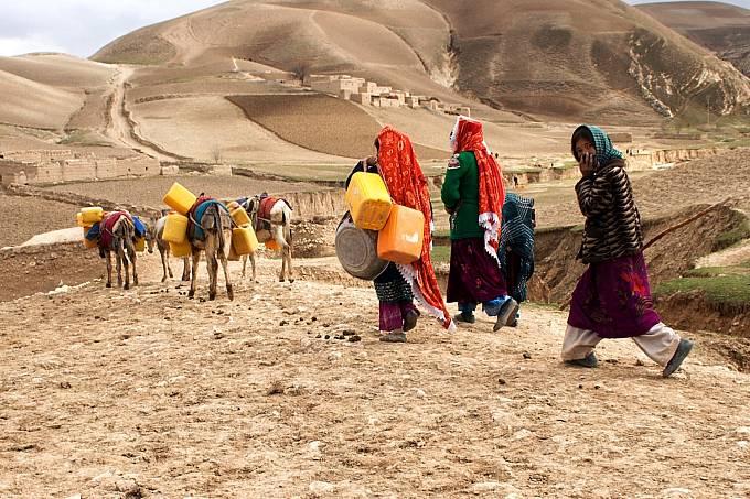 Jen málo obyvatel afghánského venkova má přístup k nezávadné vodě. Život v horských oblastech, kde je na dlouhou část roku jediným zdrojem dešťová voda zachycená do sběrných nádrží, představuje pro místní obyvatele velikou výzvu.