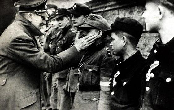 Německý diktátor Adolf Hitler pár dní předtím, než 30.dubna 1945spáchal sebevraždu.