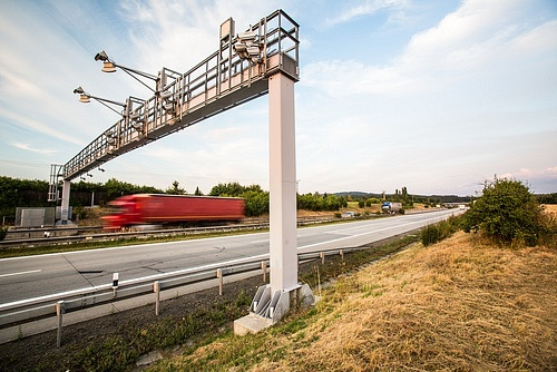 Firma Deloitte pracuje zatím sjasným zadáním - zpoplatnění silnic a dálnic zůstane takové jako je dnes. Co ale na to ČSSD a KDU-ČSL, které chtějí spomocí mýta vytlačit kamiony zkrajských silnic?