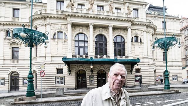 Milan Uhde před pražským Divadlem na Vinohradech