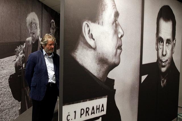 Jedním znejznámějších politických vězňů který zažil výslechy mnohokrát, je Václav Havel. Upříležitosti 30-tého výročí listopadu 89byla 5.listopadu 2019vNárodním archivu zahájena výstava Havel na Hrad, příběh roku 1989.