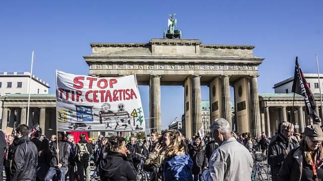 V říjnu 2015 v Berlíně demonstrovalo podle organizátorů až čtvrt milionu Němců proti dohodě TTIP a CETA.