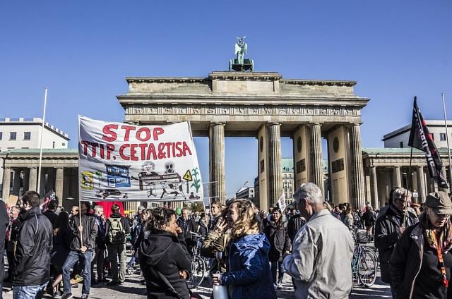 V říjnu 2015 demonstrovalo v Berlíně podle organizátorů až čtvrt milionu Němců proti dohodě TTIP a CETA.