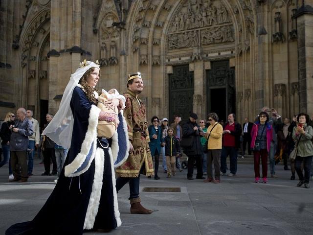 Historický průvod koslavám 700výročí narození Karla IV. na Pražském hradě