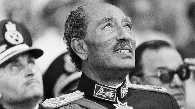 Egyptský prezident Anwar Sadat sleduje minutu před atentátem vojenskou přehlídku v Káhiře 6. října 1981.