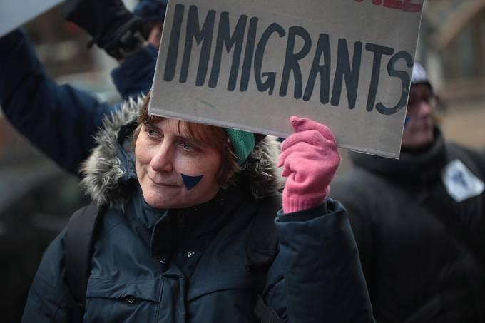 Modrý trojúhelník, symbol emigrantů, lidé nosili při protestech proti Trumpovi