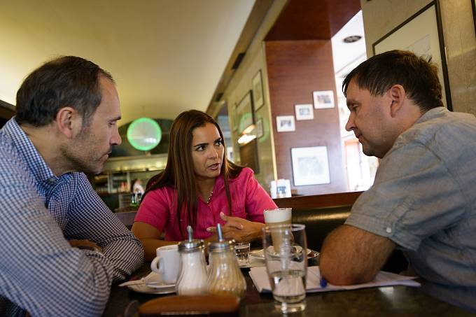 Autor rozhovoru (vpravo) s Tamarou Suju a s bývalým ministrem financí Ivanem Pilipem, který spoluzakládal pražský Casla Institut, kde je dnes Tamara Suju výkonnou ředitelkou.