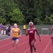 Connecticutské mistrovství středních škol ve sprintu vyhrály Terry Millerová a Andraya Yearwoodová (druhá a první zprava). Obě byly původně muži