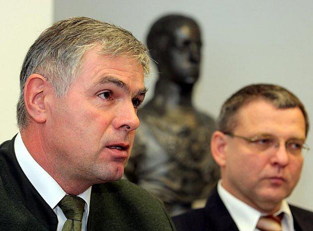 Bývalý předseda Českomoravské myslivecké jednoty, ministr zemědělství a senátor za ČSSD Jaroslav Palas (vlevo, vpravo současný ministr zahraničí Lubomír Zaorálek) byl svého času synonymem pro myslivecký lobbing.