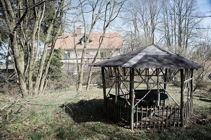 Altánek s původním stolem, u něhož mistr sedával. V pozadí vila Rusalka.