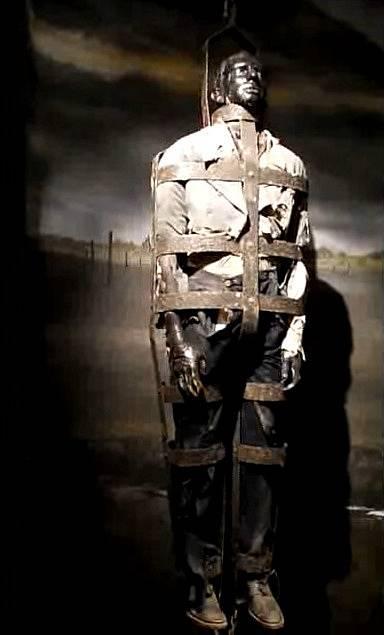 Těla popravených se v 18. století zavěšovala v klecích na veřejných prostranstvích jako výstraha