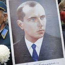 portrét Stepana Bandery a mladý ukrajinský nacionalista