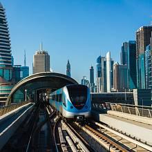 Plně automatizovaný vlak bez řidiče se v Dubaji prohání pod zemí i na speciálních mostech.