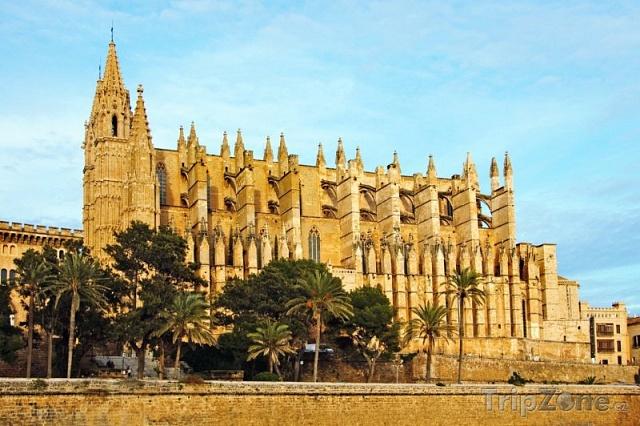 Katedrálu Panny Marie v Palmě de Mallorca zničilo roku 1851 zemětřesení, na její rekonstrukci v letech 1904 až 1914 se podílel Gaudí.
