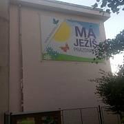 V současnosti zdobí zeď další slogan