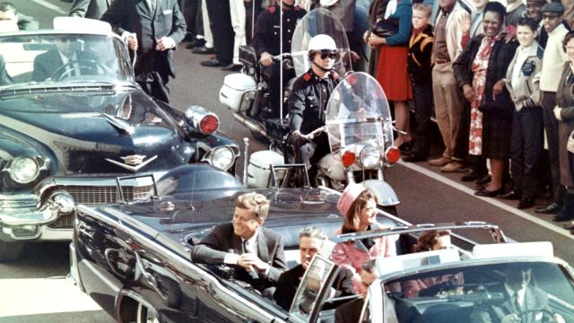 John F. Kennedy s manželkou Jacqueline při průjezdu Dallasem chvíli před atentátem