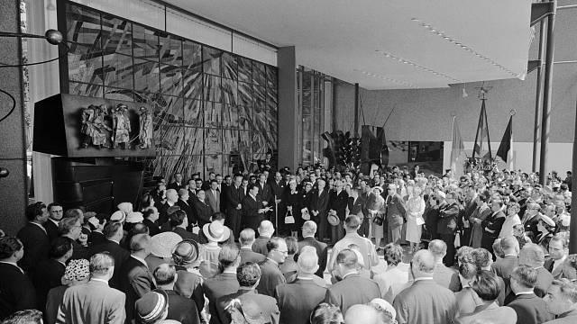 Československý pavilna na EXPO 58 v obležení.