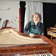 Paul McNulty s vlastní replikou fortepiana vyrobeného Fryderykem Buchholtzem