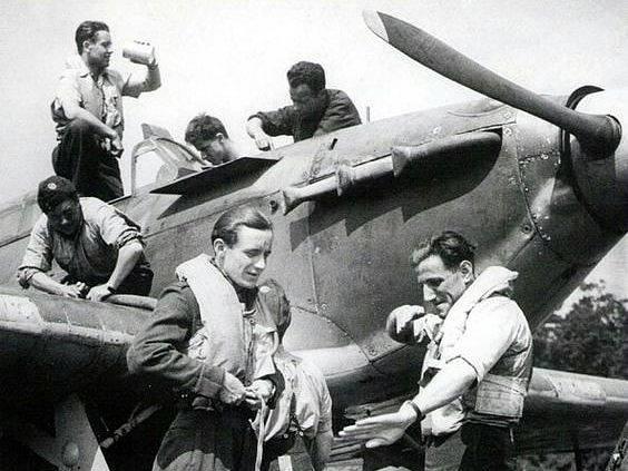 Leopold Šrom (vpravo) popisuje vzdušný souboj Františku Burdovi