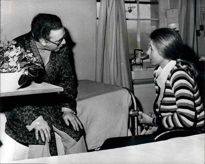 Princezna Anna při návštěvě novináře Briana McConnella v nemocnici, kde byl hospitalizován se střelným zraněním, které utrpěl, když ji bránil