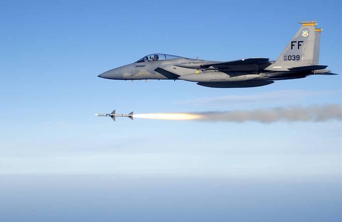 Stíhací letoun F-15 při odpálení raket vzduch-vzduch